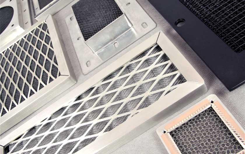 Grilles de ventilation anti-poussière et CEM